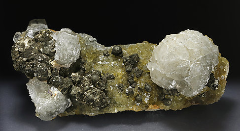 Calcite with Pyrite et Fluorite.