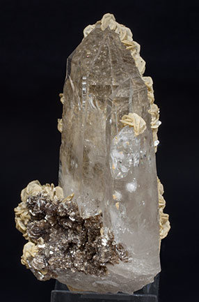 Quartz with Siderite and Muscovite.