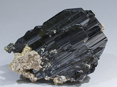 Ferberite with Siderite and Muscovite. Side