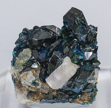 Fluorapatite with Lazulite, Quartz and Siderite.
