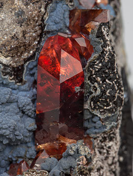 Rhodochrosite with manganese oxides. Filtered light