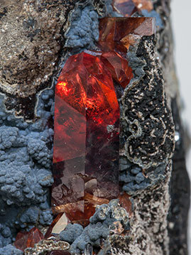 Rhodochrosite with manganese oxides. Non-filtered light
