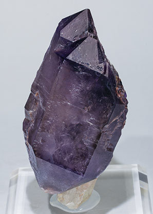 Quartz (variety amethyst) scepter and doubly terminated. Front