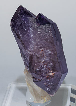 Quartz (variety amethyst) scepter and doubly terminated. Side
