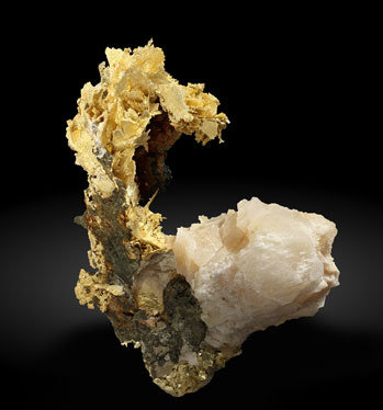 Gold (variety electrum) with Calcite. Photo: Joaquim Callén