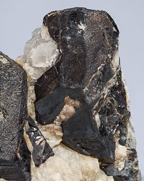 Gadolinite-(Y) with Quartz.