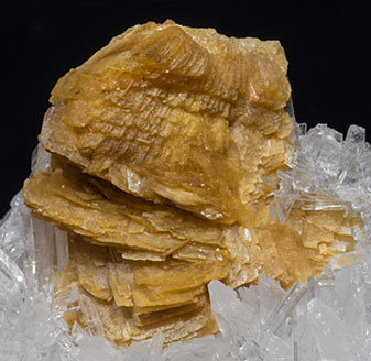 Roweite with Olshanskyite.