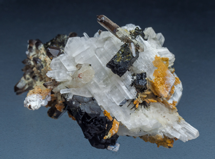 Eudidymite with Aegirine and Quartz. Side