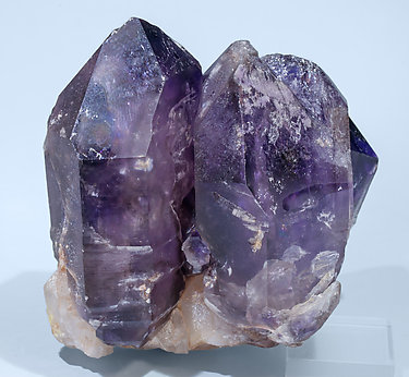 Quartz (variety amethyst) doubly terminated. Rear