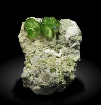 Andradite (variety demantoid) with Calcite. Front / Photo: Joaquim Callén