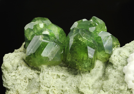 Andradite (variety demantoid) with Calcite. Detail / Photo: Joaquim Callén