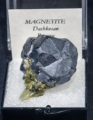 Magnetite with Epidote. Front
