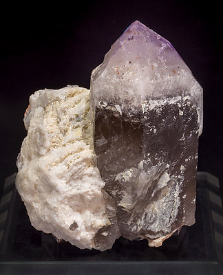 Quartz (variety amethyst) with Quartz (variety smoky) and Microcline. Side