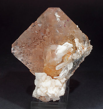 Fluorite octahedral with Quartz and Dolomite. Side