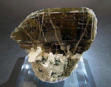 Clinozoisite with Calcite and Byssolite. Front