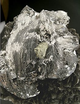 Arsenopyrite with Muscovite and Pyrite.