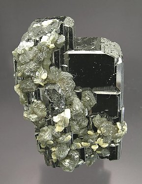 Ferberite with Muscovite, Siderite and Quartz.
