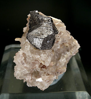 Tapiolite-(Fe) with Quartz and Mica.