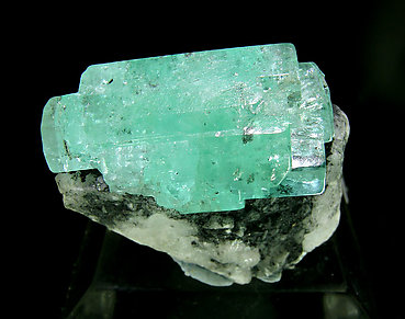 Doubly terminated Beryl (variety emerald). Front