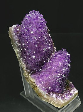 Quartz (variety amethyst) pseudomorph after Calcite. Front