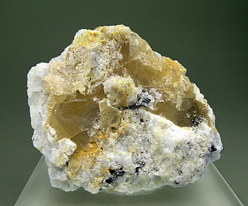 Wulfenite (variety chillagite) on Baryte.