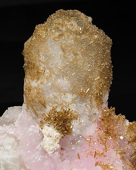 Eosphorite with Quartz, Quartz (variety rose) and Muscovite.